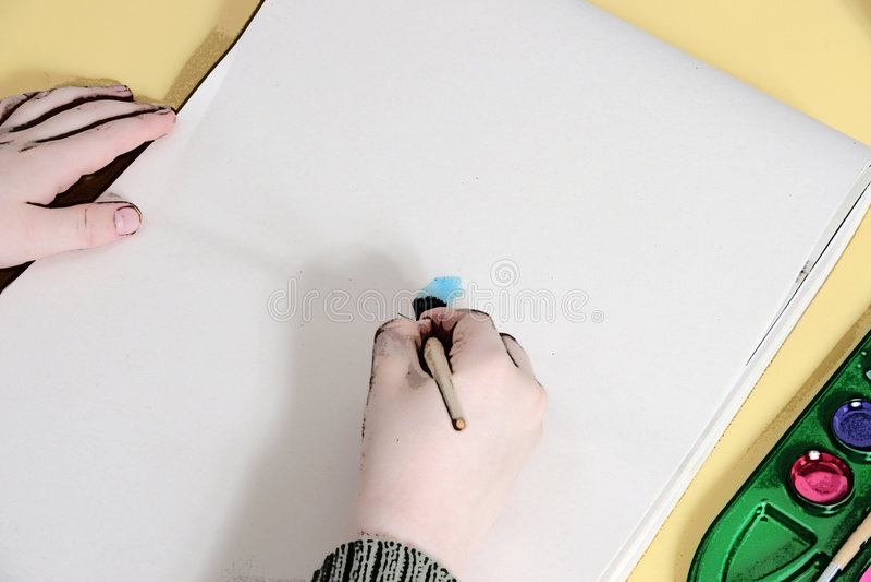 Ilustração das mãos do menino que pintam na tabuleta ilustração do vetor