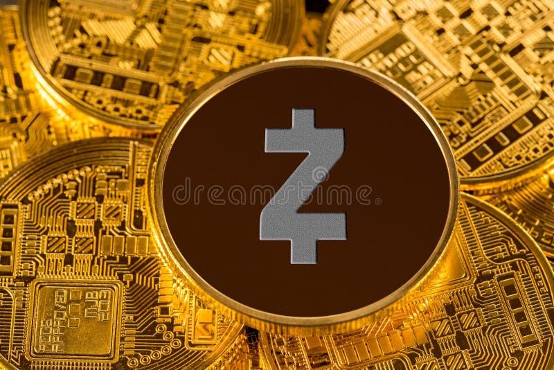 Ilustração do cryptocurrency de Zcash com fundo do ouro fotos de stock