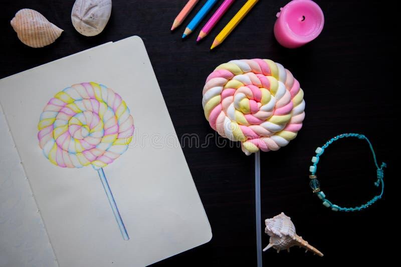 Ilustração dos doces e doces doces na vara Local de trabalho do artista com a foto da opinião superior do bloco de desenho imagens de stock royalty free