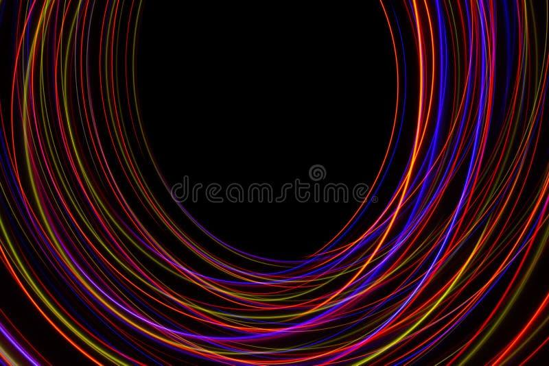 ilustra??o 3D Linhas abstratas de pintura clara de cores avermelhadas no fundo preto ilustração stock
