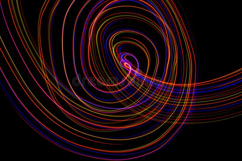 ilustra??o 3D Linhas abstratas de pintura clara de cores avermelhadas no fundo preto imagem de stock