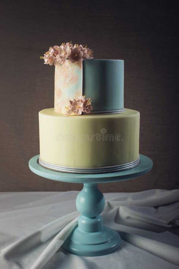ilustraciones Pastel de bodas adornado en estilo en colores pastel con las flores rosadas fotografía de archivo libre de regalías