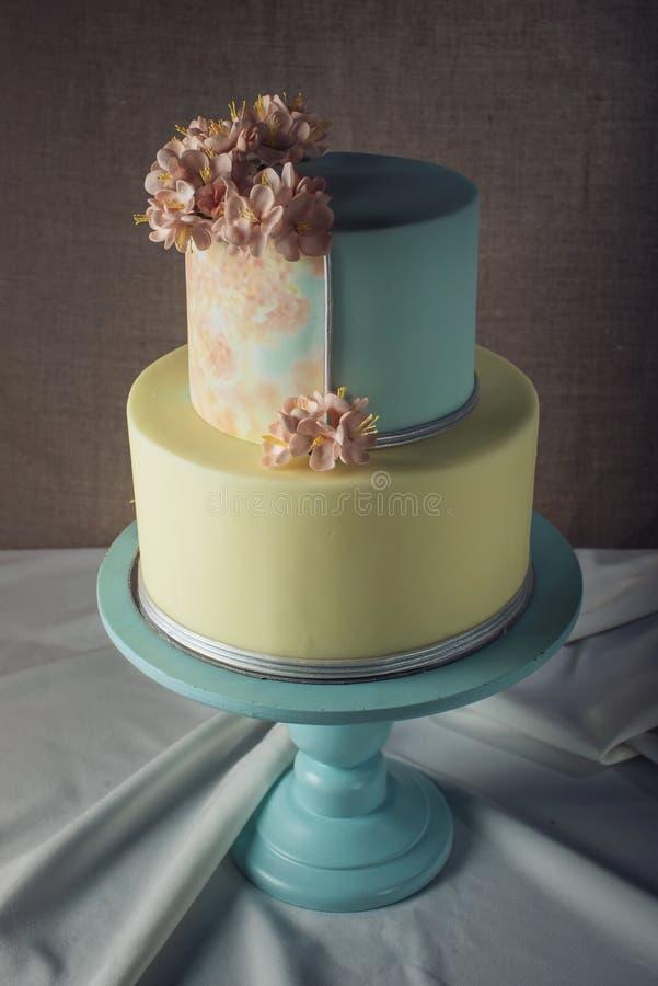 ilustraciones Pastel de bodas adornado en estilo en colores pastel con las flores rosadas imagenes de archivo