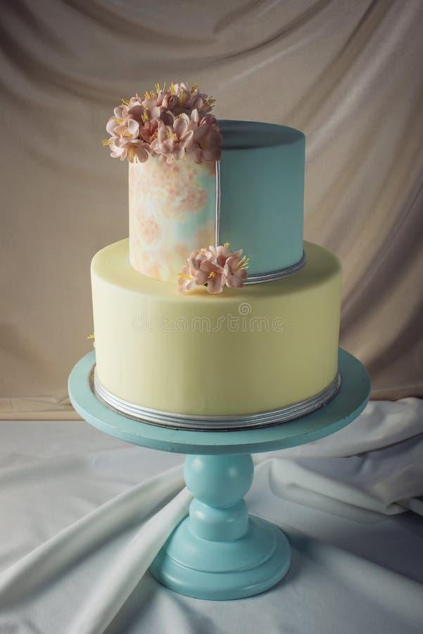 ilustraciones Pastel de bodas adornado en estilo en colores pastel con las flores rosadas imágenes de archivo libres de regalías