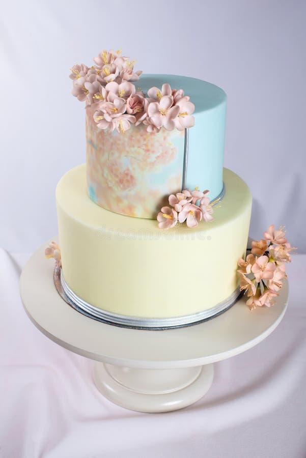 ilustraciones Pastel de bodas adornado en estilo en colores pastel con las flores rosadas fotos de archivo libres de regalías