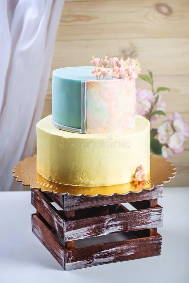 ilustraciones Pastel de bodas adornado en estilo en colores pastel con las flores rosadas fotografía de archivo