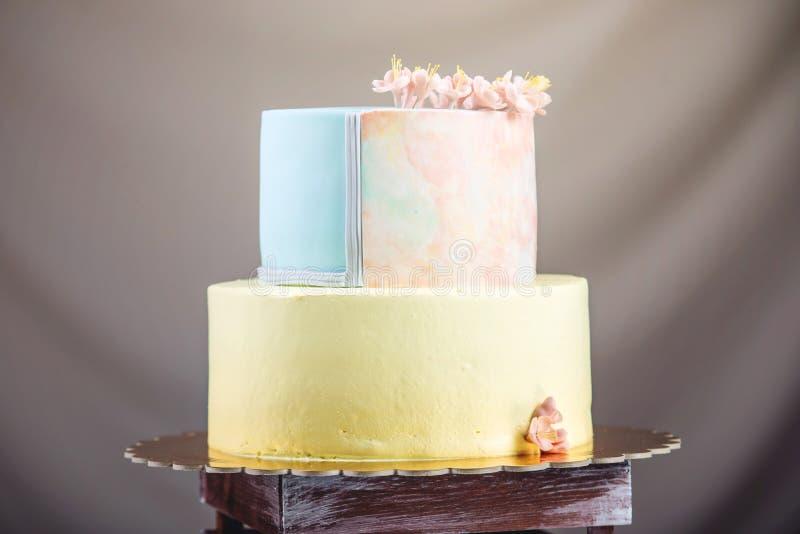 ilustraciones Pastel de bodas adornado en estilo en colores pastel con las flores rosadas imagen de archivo