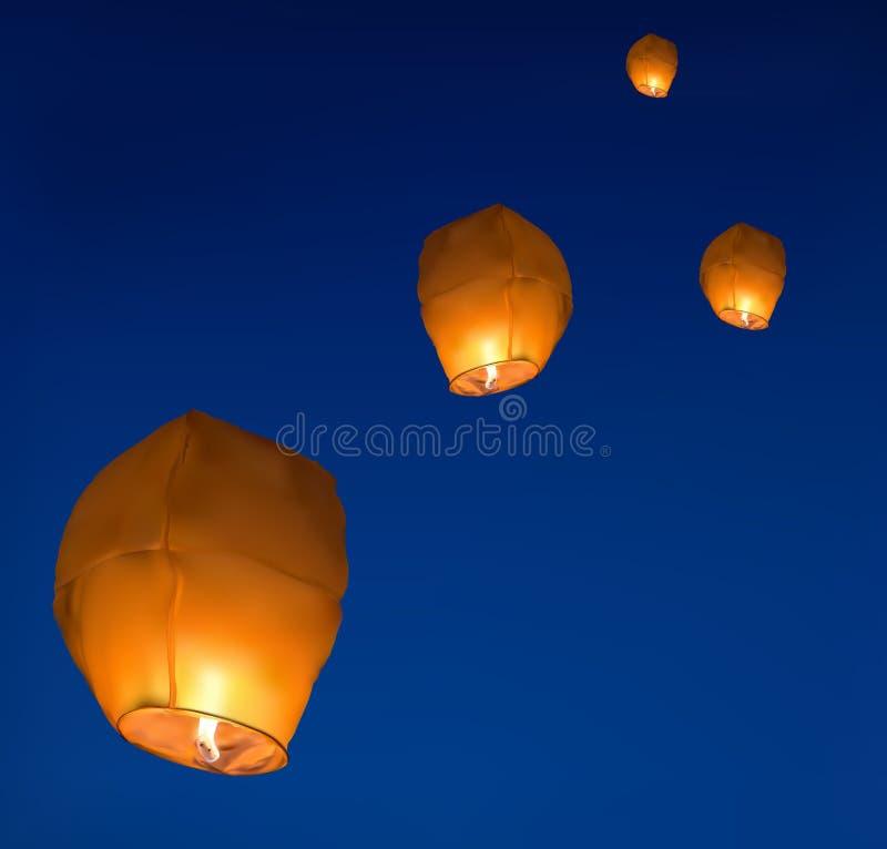 Ilustracja z żółtymi lampionami w ciemnym niebie royalty ilustracja