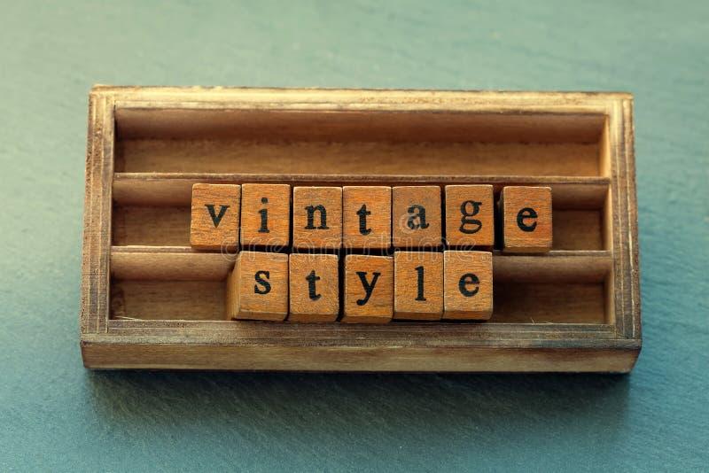 ilustracyjny lelui czerwieni stylu rocznik Starzejący się drewniany listowy słowo, drewna pudełkowaty tło obraz royalty free