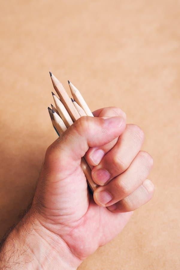Ilustrador y artista de bosquejo de sexo masculino con el puñado de lápices imagen de archivo