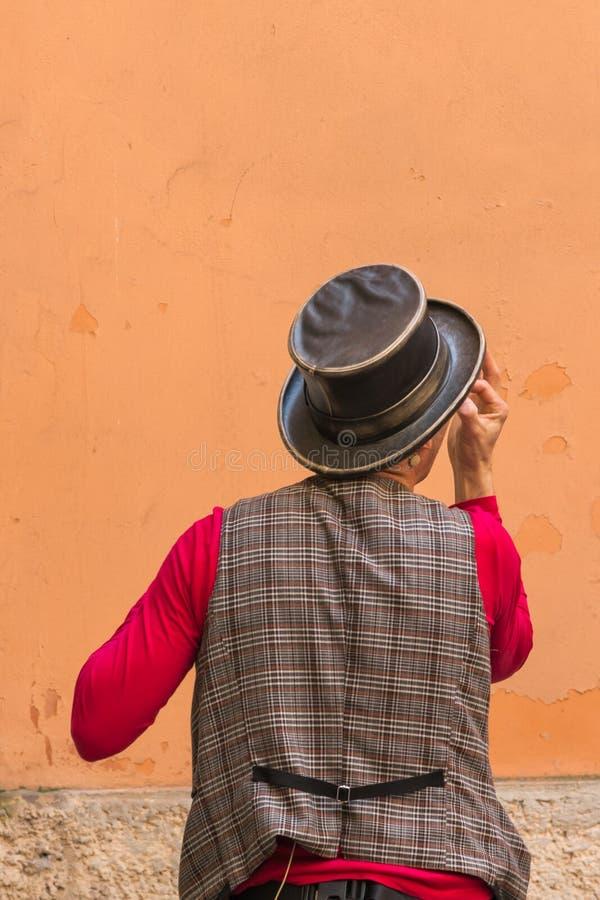 Iluzjonista z magika kapeluszem podczas ulicznego występu zdjęcie royalty free