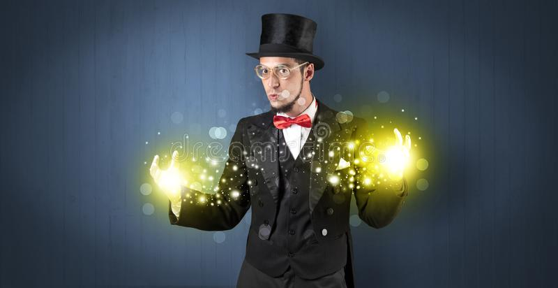 Iluzjonisty mienia supermocarstwo na jego ręce zdjęcie stock