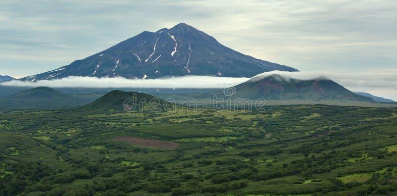 Ilyinsky Sopka - sova stratovolcano Den södra Kamchatka naturen parkerar royaltyfri bild
