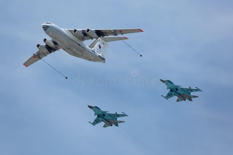 Ilyushin Il-78 e Sukhoi Su-34 imagem de stock