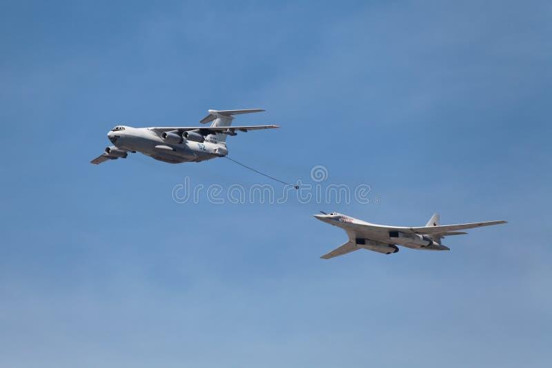 Ilyushin Il-78 und Tupolev Tu-160 lizenzfreie stockbilder