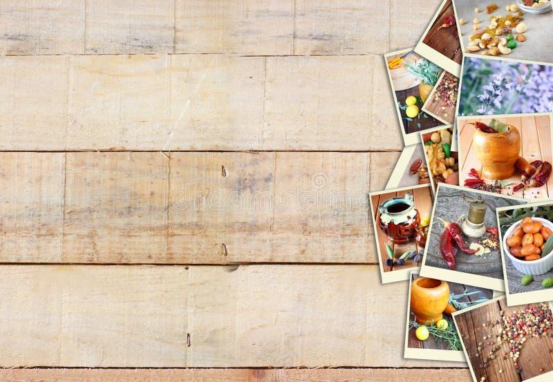 Imágenes con una variedad de diversas especias y amoladora de la especia collage en fondo de madera imagenes de archivo