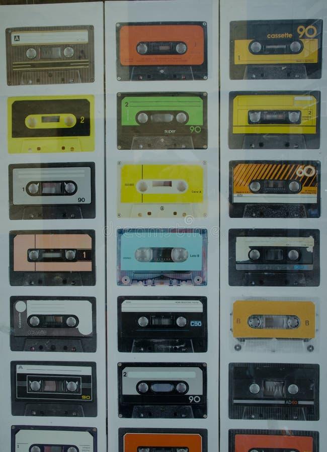 Imágenes de las cintas de casete en un cartel en la ventana de la tienda fotos de archivo