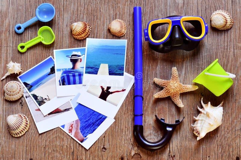 Imágenes de las escenas de la playa y de la otra materia del verano en una madera rústica foto de archivo libre de regalías