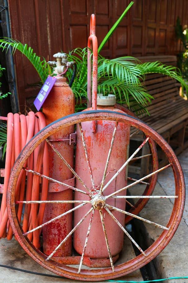 Imágenes del primer de los extintores rojos viejos colocados en el sitio viejo de Boran imágenes de archivo libres de regalías