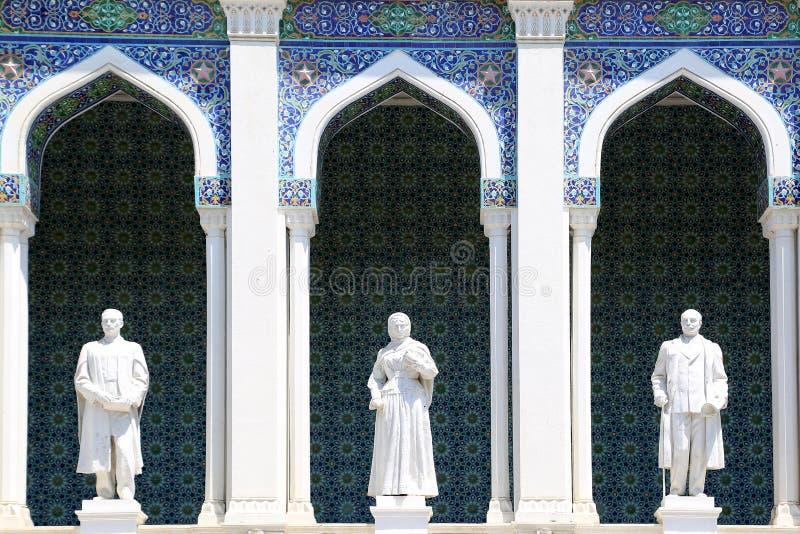 Imágenes esculturales de escritores azerbaiyanos en la fachada del museo de la literatura azerbaiyana imagen de archivo