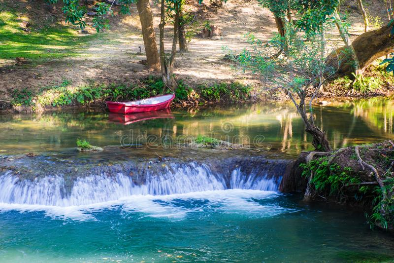 Imágenes hermosas del paisaje con la cascada en Saraburi, Tailandia fotografía de archivo