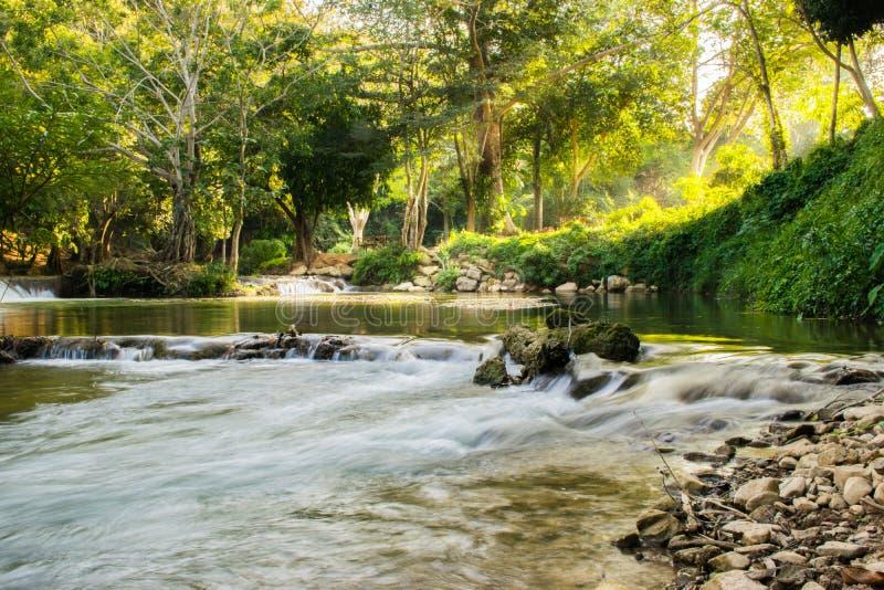 Imágenes hermosas del paisaje con la cascada en Saraburi, Tailandia foto de archivo