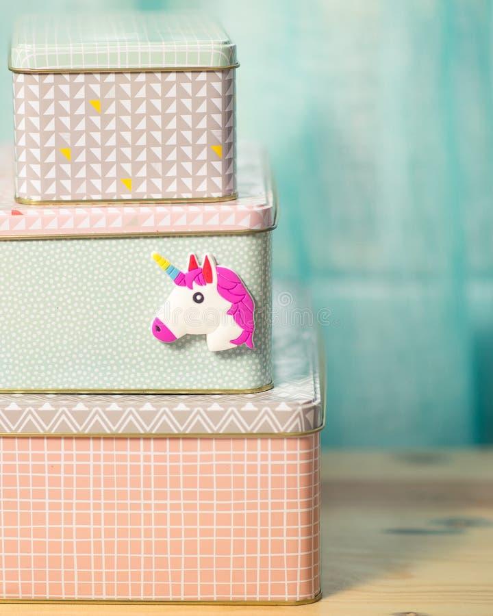 Imán colorido del unicornio en las cajas de almacenamiento fotografía de archivo