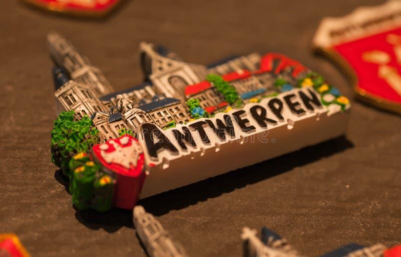Imán para la memoria en tienda de souvenirs turística de la ciudad belga imágenes de archivo libres de regalías
