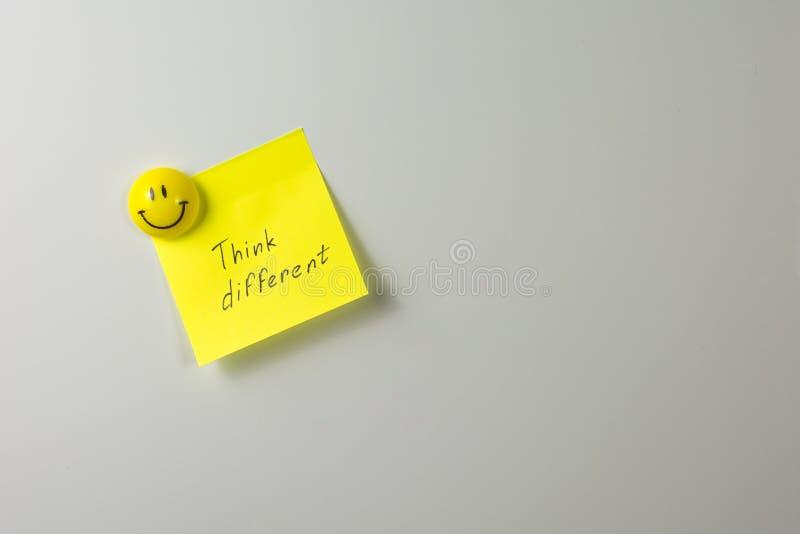 imán sonriente en un primer blanco del refrigerador imagenes de archivo
