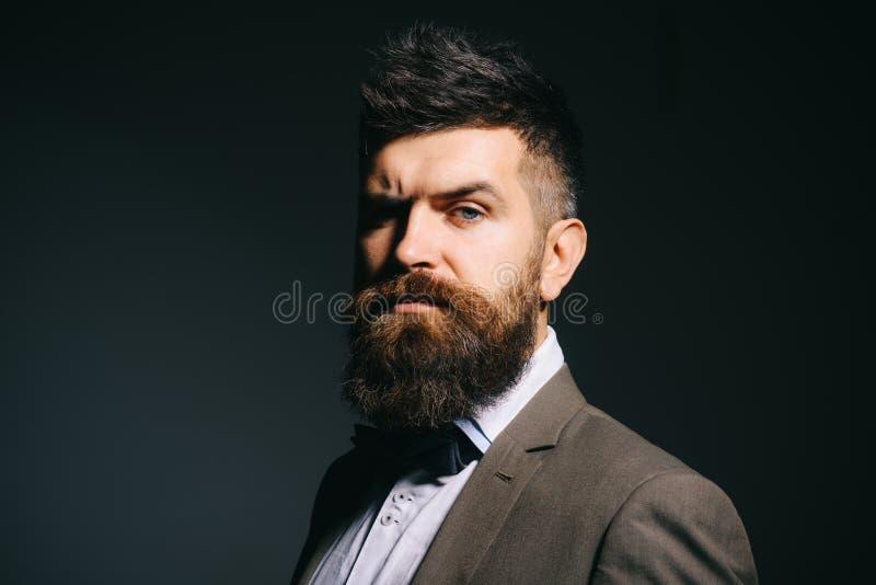 Im不仅在时装业 精神时尚 在理发店以后的有胡子的人 有长的胡子的人在企业穿戴 免版税库存照片
