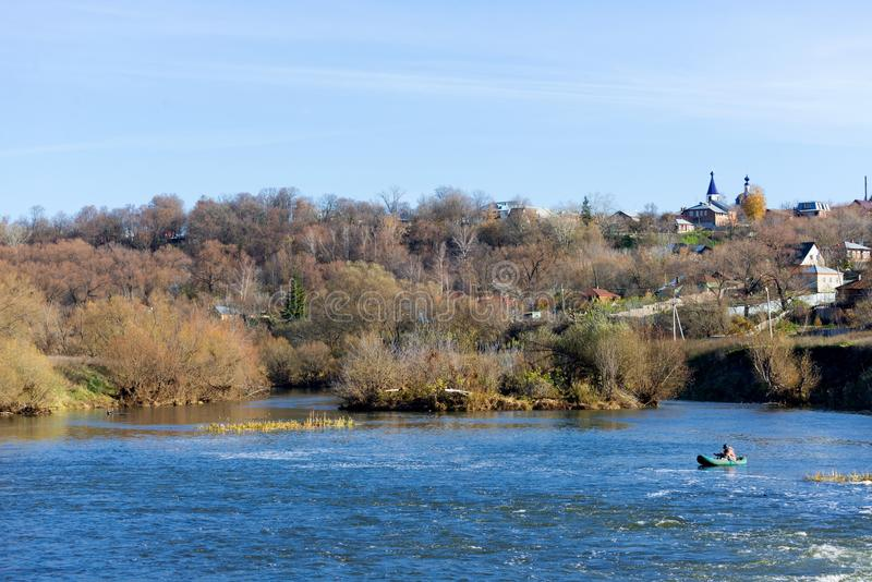 Im Abstand fängt der Fischer Fische auf dem Fluss lizenzfreie stockfotografie