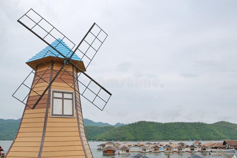 Im altem Stil Dekorationswindmühle im Naturpark, Thailand lizenzfreie stockbilder