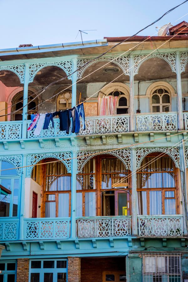 Im altem Stil georgische Balkone vom Yard lizenzfreie stockfotografie