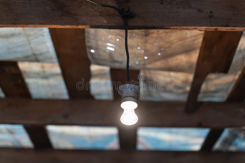 im altem Stil Glühlampeglanz mit warmem Licht lizenzfreie stockfotografie