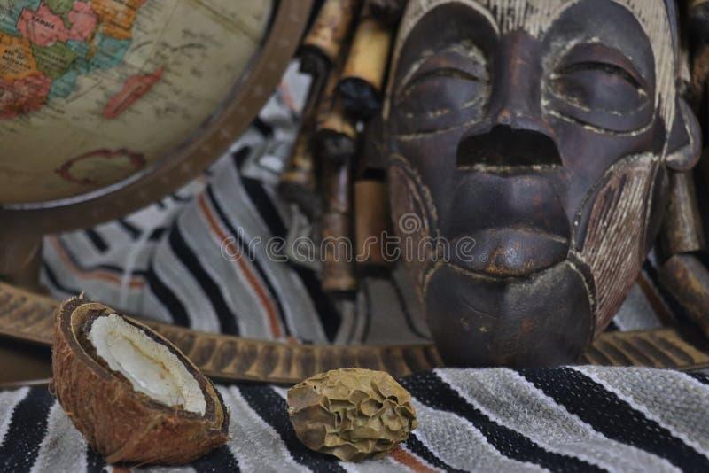 Im altem Stil Kugel mit afrikanischer Maske stockbilder