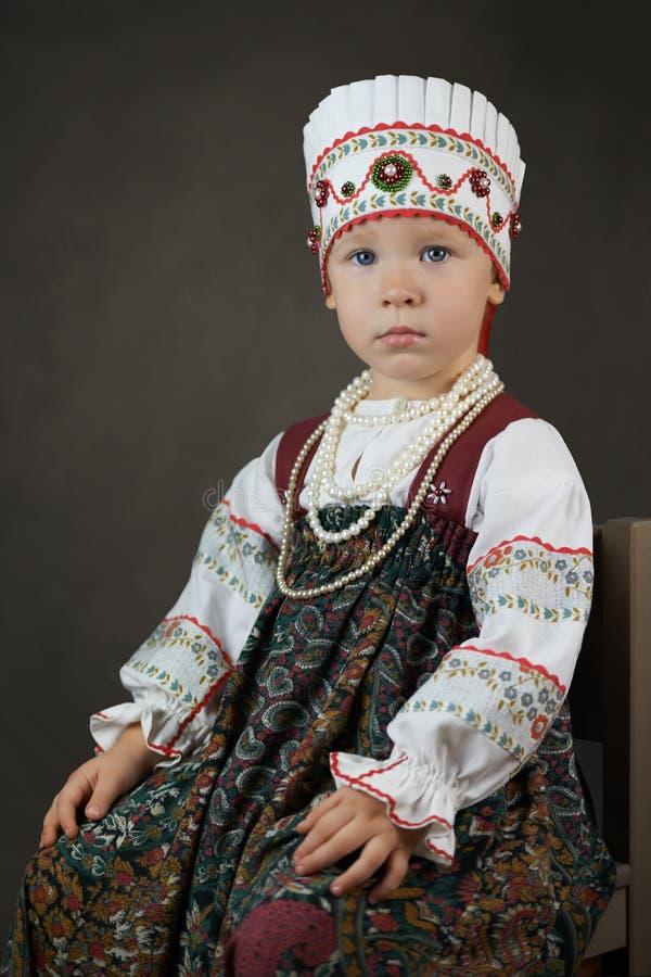 Im altem Stil Porträt des kleinen Mädchens im traditionellen russischen Hemd, sarafan und im kokoshnik lizenzfreies stockbild