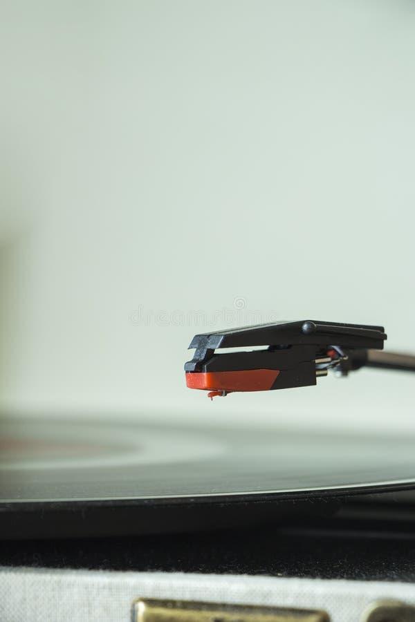 Im altem Stil Rekordspieler der Vinyldiskette, weißer Hintergrund stockfoto