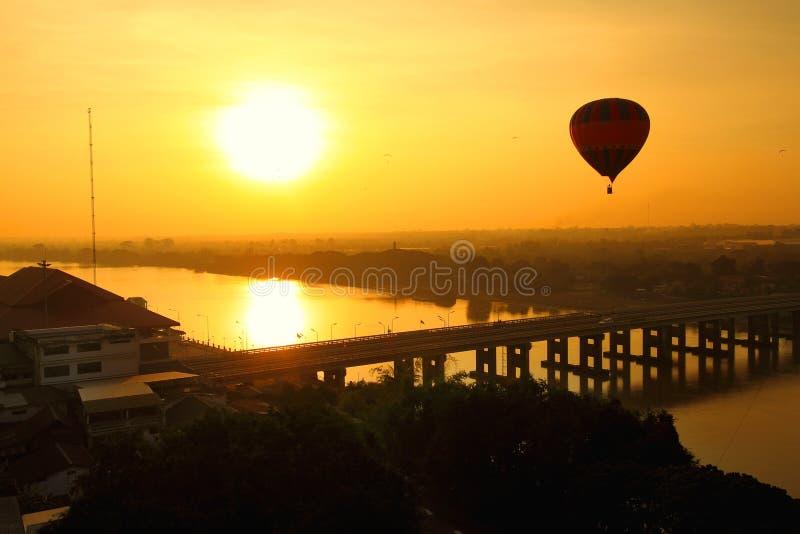 Im Ballon aufsteigen über der Stadt stockbilder