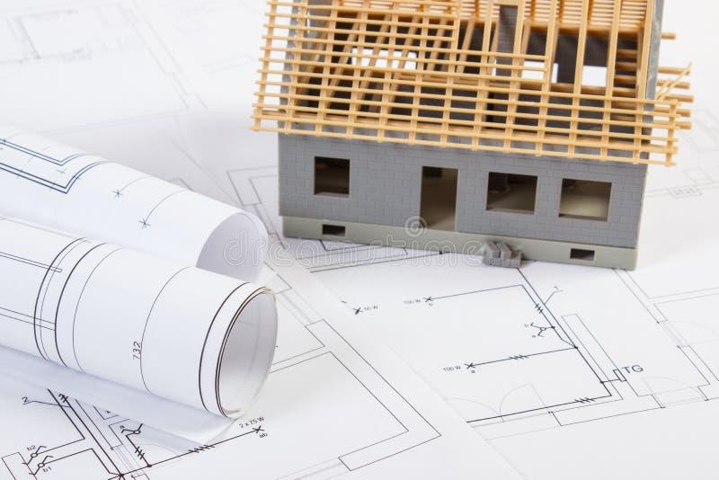 Download Im Bau Und Elektrische Zeichnungen Des Kleinen Hauses, Konzept Des  Gebäudehauses Stockbild   Bild