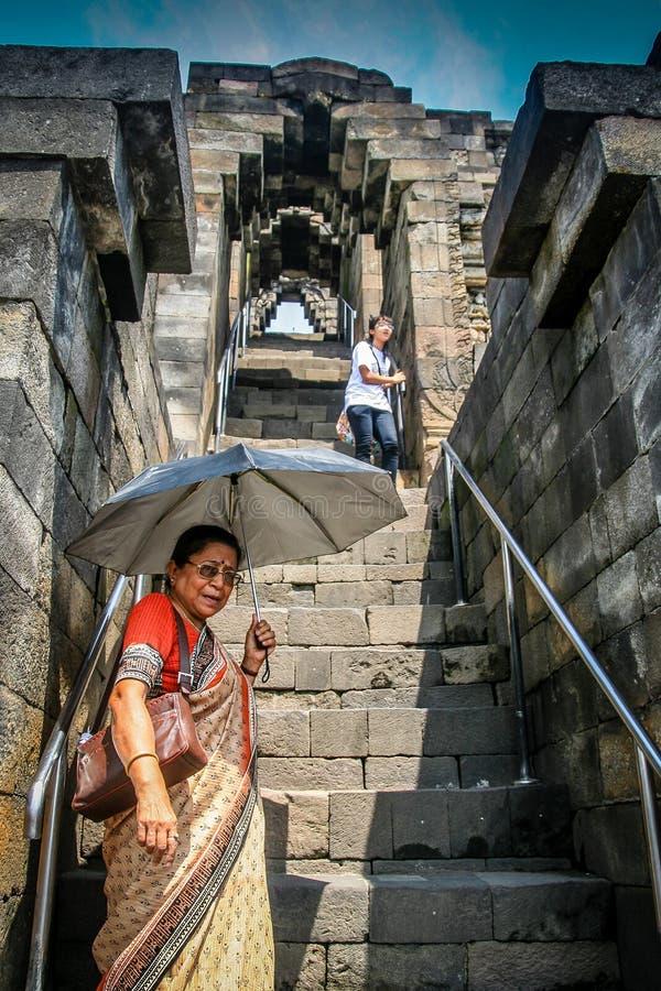 Im Borobudur-Tempel lizenzfreie stockfotos