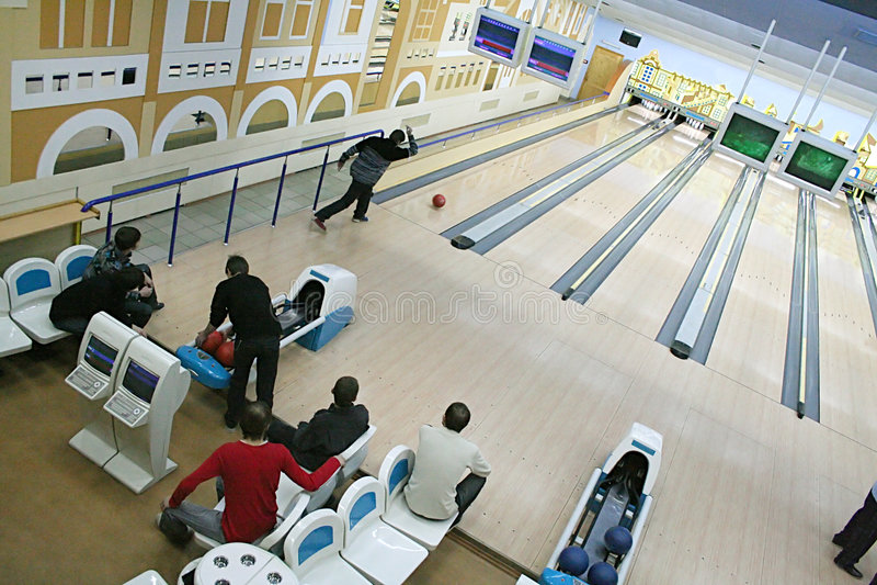 Im Bowlingspiel stockbild