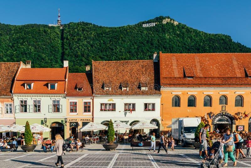 Im Brasov-Rats-Quadrat-Piata Sfatului Are Located The-Rats-Haus, in der alten Stadt und in der schwarzen Kirche stockbilder