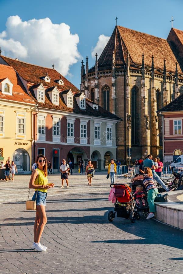Im Brasov-Rats-Quadrat-Piata Sfatului Are Located The-Rats-Haus, in der alten Stadt und in der schwarzen Kirche stockfoto