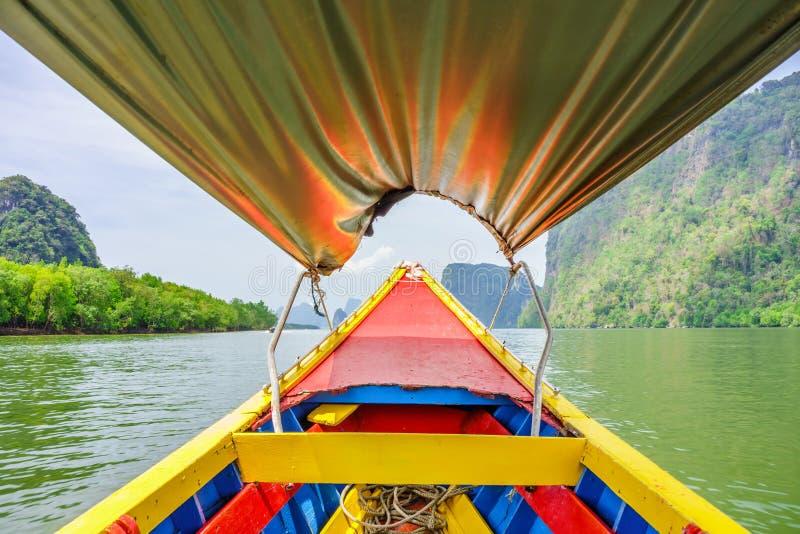 Im bunten hölzernen Boot der Weinlese an Phangnga-Bucht lizenzfreies stockfoto
