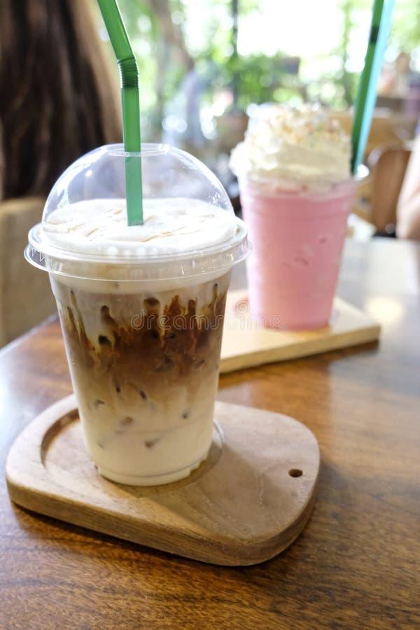 Im Café gefrorener Kaffee mit Eiswürfeln stockbilder