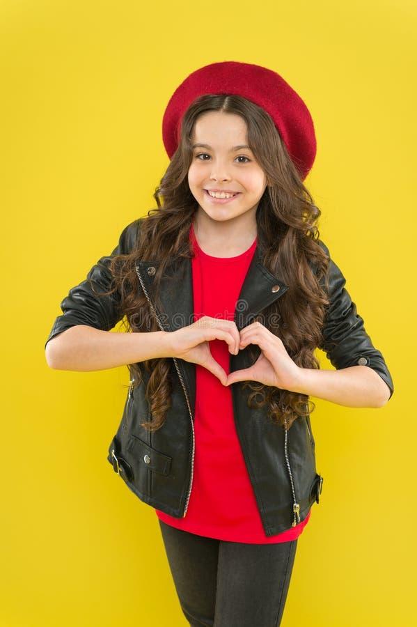 Im de valentijnskaartendief en Im hier om uw hart te stelen Weinig kind die met het gebaar van het handhart op valentijnskaartend stock fotografie