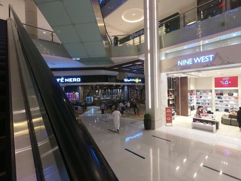 Im Februar 2019 das größte Mall - Geschäft des Westen-neun innerhalb Dubai-Malls - Welt Dubais UAE stockfotografie