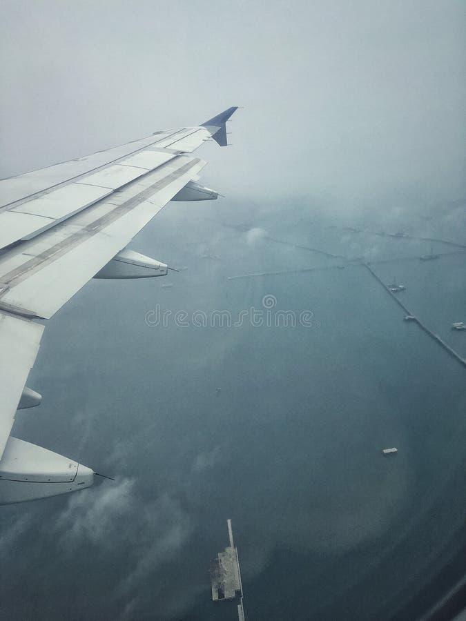 Im Flugzeug über dem Meer stockbild
