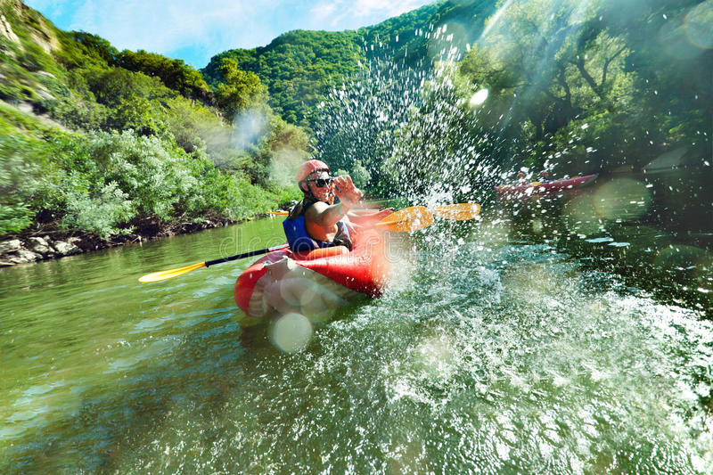 Im Fluss spritzt Kanu stockfoto