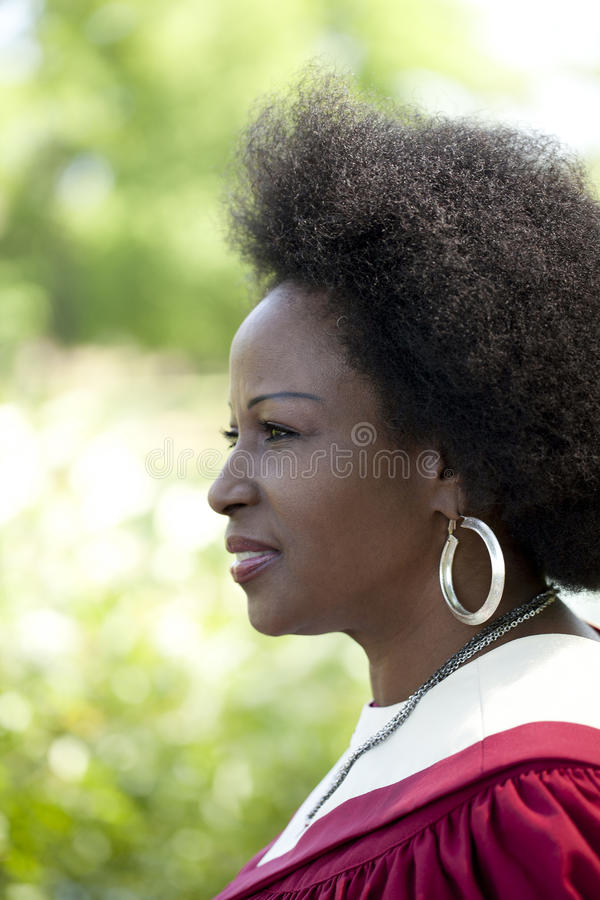 Im Freien Kircheroben der schwarzen Frau des Profilportraits lizenzfreies stockbild